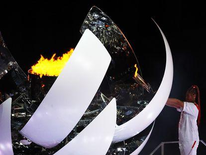 La japonesa Naomi Osaka enciende el pebetero olímpico en la ceremonia de inauguración, en el estadio de Tokio.