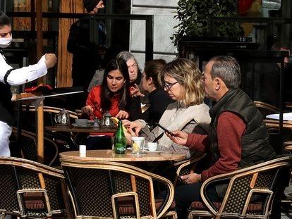 Una camarera atiende a dos clientes en la terraza de un bar en el centro de Madrid, la semana pasada.