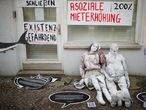FILE PHOTO: Life-size dolls and banners are seen as tenants protest against rising rents and gentrification at Lenbach street at district Friedrichshain in Berlin, Germany, February 23, 2019.  REUTERS/Hannibal Hanschke/File Photo