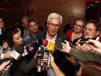 Josep Fèlix Ballesteros atendiendo a los medios de comunicación.