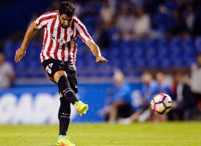 Raúl García chuta para lograr el gol del triunfo del Athletic en Riazor.