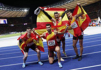 El equipo español de 4x400 celebra el tercer puesto en Berlín.