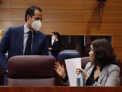 La presidenta de Madrid, Isabel Díaz Ayuso, habla conversa con el vicepresidente, Ignacio Aguado, antes del comienzo de pleno en la Asamblea.