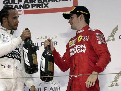 Lewis Hamilton y Charles Leclerc en el podio.