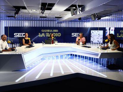 Desde la izquierda, José Antonio Marcos, Pepa Bueno, Àngels Barceló, Carles Francino y Mara Torres, durante la presentación de la nueva temporada de la SER.