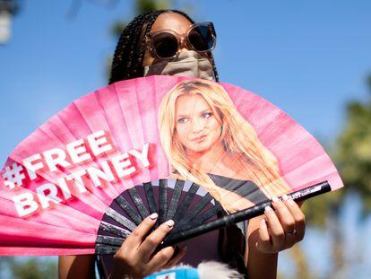 Una mujer sostiene un abanico en apoyo a Britney Spears donde se lee el lema 'Free Britney', 'Liberad a Britney', en Los Ángeles, California, el 17 de marzo de 2021.