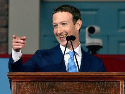 El fundador de Facebook en la apertura de Harvard, donde fue alumno y abandonó los estudios para hacer su empresa