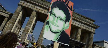 Una manifestación a favor de Edward Snowden delante de la Puerta de Brandeburgo, en Berlín.