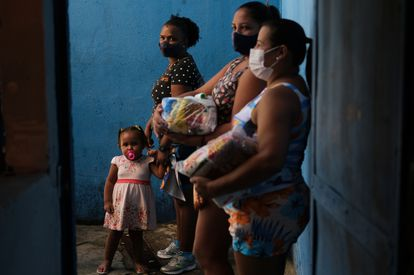 Residents of a favela in Rio de Janeiro, after receiving donations at a samba school this Thursday.
