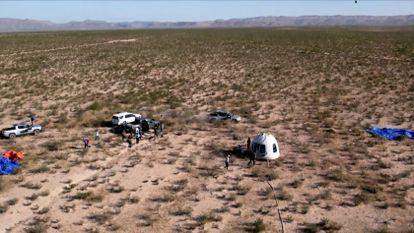 """La cápsula que transportó al actor de """"Star Trek"""" William Shatner y a otros 3 pasajeros en un vuelo suborbital, está rodeada por personal de tierra después de aterrizar en paracaídas cerca de Van Horn, Texas, EE. UU."""