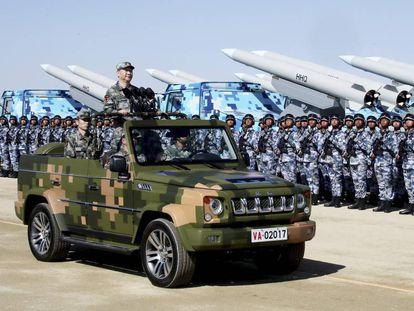 Xi Jinping pasa revista a las tropas durante un desfile en julio de 2017.