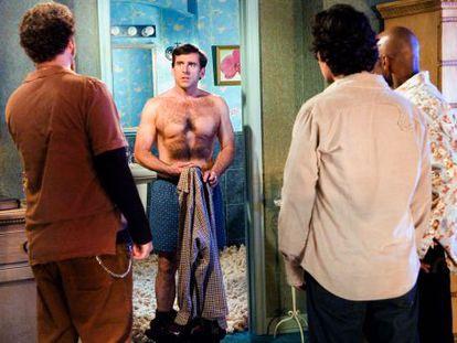 Steve Carell sometiéndose a un depilado por partes en 'Vigen a los 40'. Sus amigos analizan el resultado.