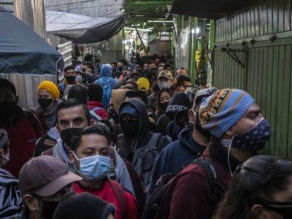 Usuarios abordan patrullas y autobuses en la inmediaciones de la estación Pantitlán.