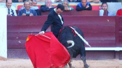 Enrique Ponce torea en esmoquin en Istres.