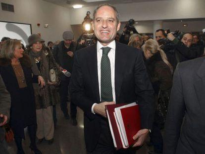 El expresidente de la Generalitat Valenciana Francisco Camps, en febrero de 2012, antes de leer su tesis.