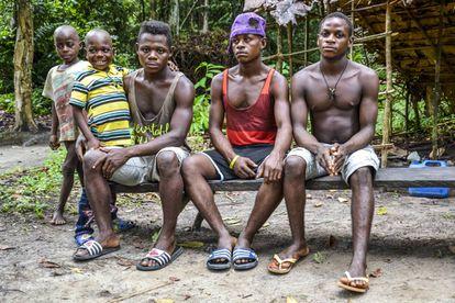 Los jóvenes del poblado pigmeo de Namikumbi (Camerún).