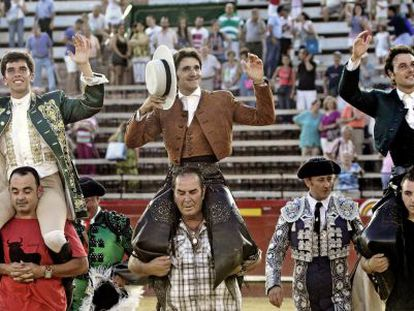 Los rejoneadores (de izquierda a derecha) Joao Moura, Diego Ventura y Andy Cartagena, salen a hombros de la Plaza de Toros de Valencia.