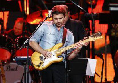 Juanes toca 'Hoy puede ser un gran día' en el homenaje a Serrat.