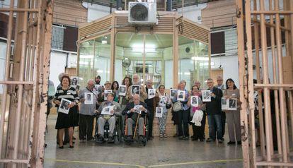 Los participantes en la protesta muestran fotografías de los presos olvidados.