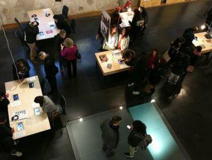 """Interior de Medialab-Prado en la exposición """"Compartiendo procesos""""."""