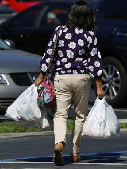 Una mujer con bolsas de la compra en San Diego.