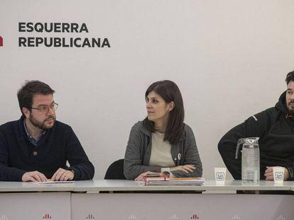 Pere Aragonès, Marta Vilalta y Gabriel Rufián al inicio del consejo ejecutivo de ERC. En vídeo, ERC pone en manos del Consell Nacional la decisión final sobre la investidura de Sánchez.