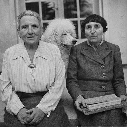 Gertrude Stein (i) y Alice Tokias