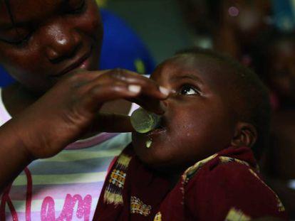 Un niño toma una medicina contra la malaria en un hospital de Manhiça, un departamento vecino a Magude, donde se ha desarrollado un proyecto para intentar eliminar la enfermedad. Imagen tomada en 2016 al comienzo del estudio.