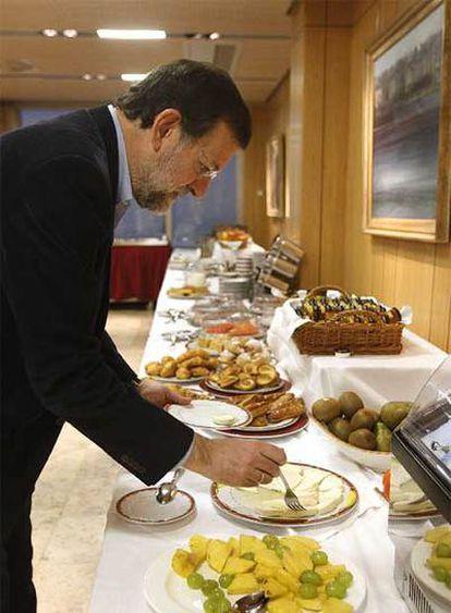 Desayuno en el hotel. A Rajoy le gusta el queso.