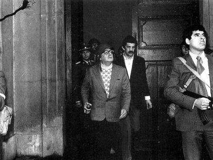 El presidente Salvador Allende (en el centro), flanqueado por guardaespaldas, en el Palacio de la Moneda el día del golpe.