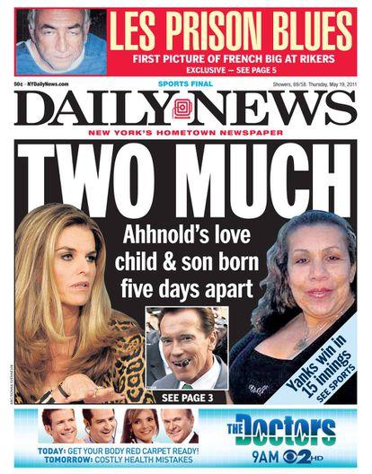 """Esta portada del tabloide Daily News mostraba a las dos mujeres en la vida de Arnold con un titular que hacía un juego de palabras en inglés con la palabra dos (en relación a las mujeres) y """"demasiado""""."""