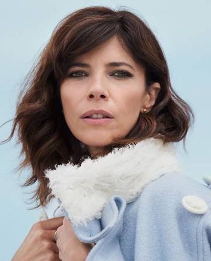 Maribel Verdú es la protagonista de 'Ola de crímenes', la comedia que está arrasado en la taquilla española. En la imagen viste abrigo Palomo Spain y pendientes Cartier.
