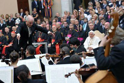 Daniel Barenboim dirige su orquesta en Castel Gandolfo ante el Papa