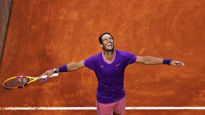 Nadal celebra la victoria contra Djokovic en el Foro Itálico de Roma.