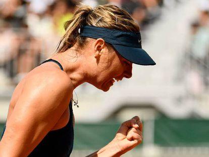 Sharapova celebra un punto contra Vekic, ayer en París.