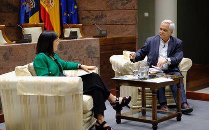 Juan Cruz conversa con Carolina Darias.