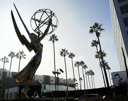 Una estatua del Emmy ante las instalaciones de la Academia de Televisión de Los Ángeles.