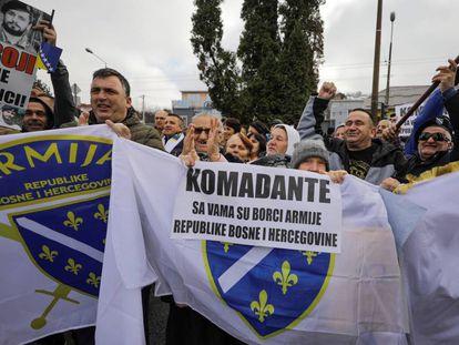 Concentración en apoyo a Naser Oric, comandante durante la guerra en Bosnia, tras ser declarado inocente de crímenes de guerra, el pasado noviembre en Sarajevo.