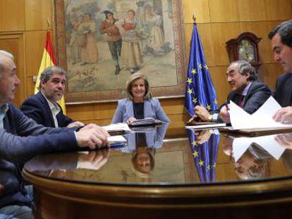 Gobierno, sindicatos y patronales acuerdan un alza progresiva de los salarios más bajos de España