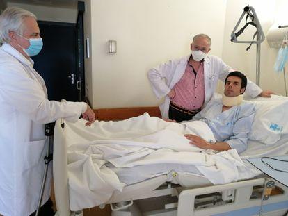 Emilio de Justo, junto al equipo médico que lo atiende.