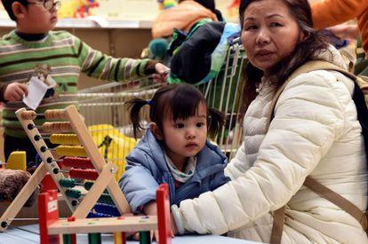 Una mujer con su hija en Pekín.