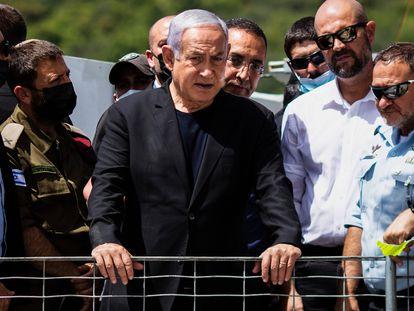El primer ministro israelí, Benjamín Netanyahu, visita el lugar de la avalancha en una fiesta religiosa, el 30 de abril de 2021 en el monte Meron (norte de Israel).