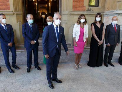 El lehendakari delante de los miembros de su gabinete en el Palacio de Miramar, en San Sebastián.