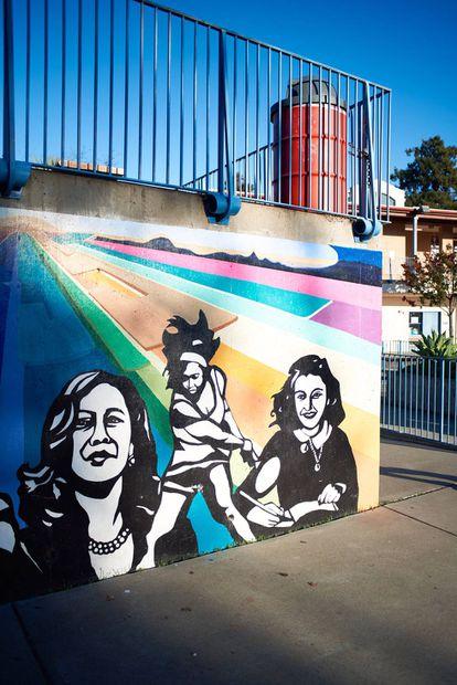 Mural en el colegio Thousand Oaks en Berkeley, donde estudió Harris. De izquierda a derecha: Kamala Harris, Serena Williams y Anna Frank.