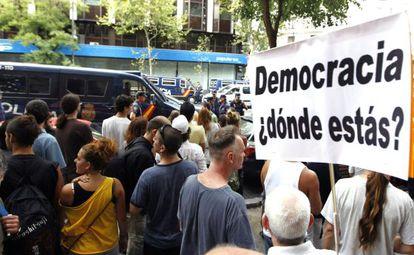 Manifestantes en las inmediaciones de la sede del Partido Popular.