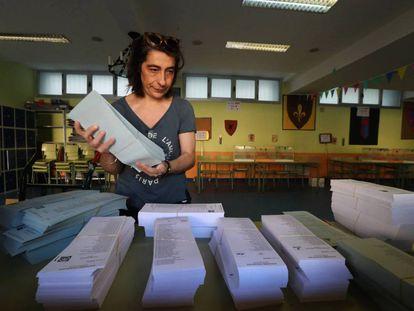 Montaje de un colegio electoral para las elecciones municipales, autonómicas y europeas del 26-M en Madrid.
