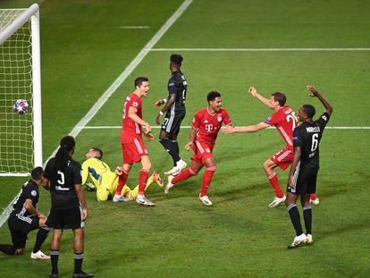 Gnabry (centro) celebra su segundo gol ante el Lyon.