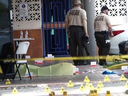 Agentes de la policía de Miami-Dade trabajan en el lugar del tiroteo, Florida.