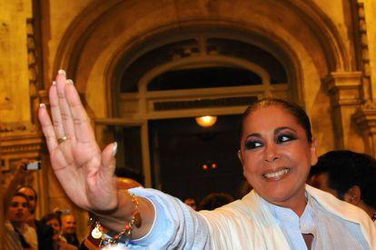 Isabel Pantoja lo tenía todo para ser un icono pop como han acabado siendo sus coetáneos, pero hoy existe lejos de la idolatría que despiertan ellos entre los modernos, los progres y el pueblo llano. En la imagen, la tonadillera tras una actuación en Barcelona en 2010.