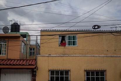 María Elisabeth Torres se asoma por la ventana de su casa en la colonia Petrolera.